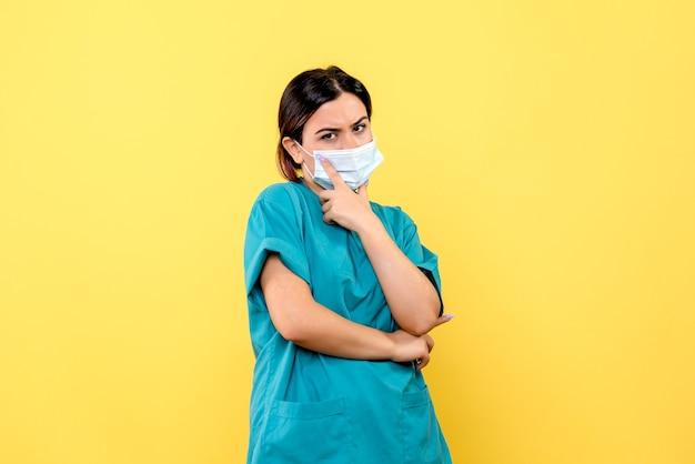 Vista lateral de um médico com máscara, um médico com máscara está pensando em tratar pacientes com cobiça