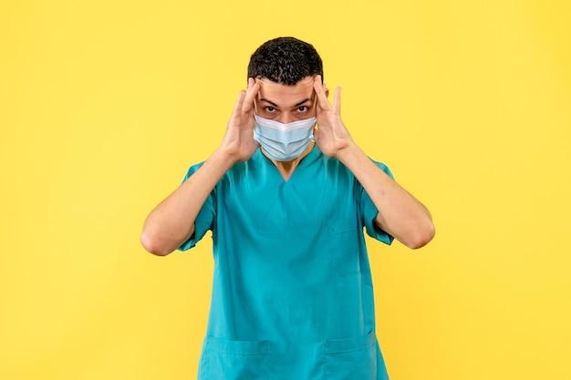 Vista lateral de um médico posando de máscara