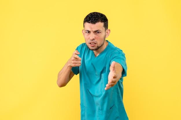 Vista lateral de um médico posando