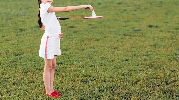 Vista lateral, de, um, menina, tocando, com, badminton, parque