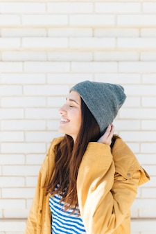 Vista lateral, de, um, mulher feliz, com, dela, olhos fecharam, desgastar, tricote chapéu