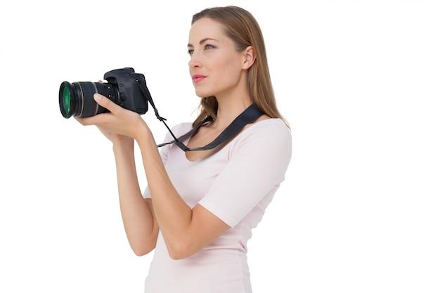 Vista lateral, de, um, mulher jovem, com, câmera