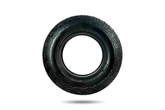 Vista lateral de um pneu todo terreno projetado para uso em todas as condições de estrada isoladas em fundo branco.