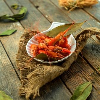 Vista lateral de um prato com camarão cozido