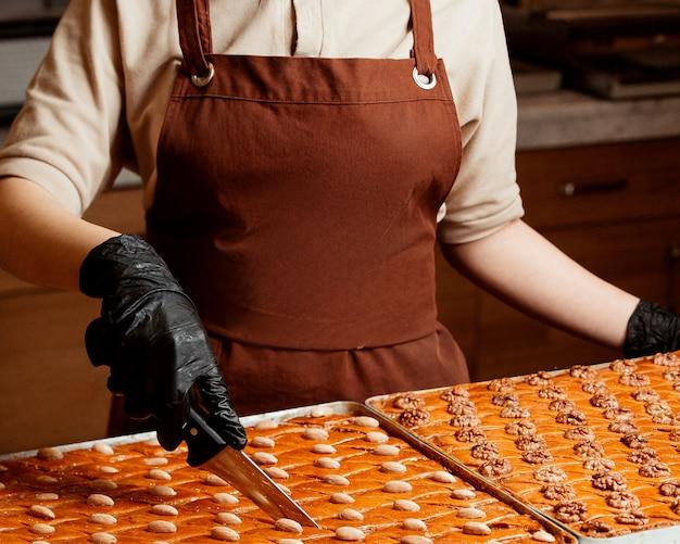 Vista lateral de um prato grande com fatias repartidas de baklava