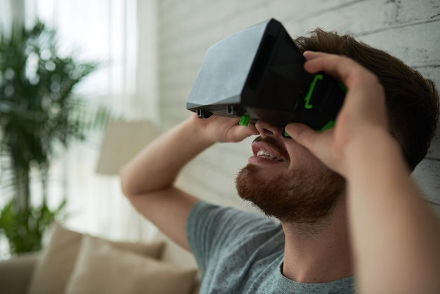 Vista lateral de um rosto de homem espantado com a realidade virtual