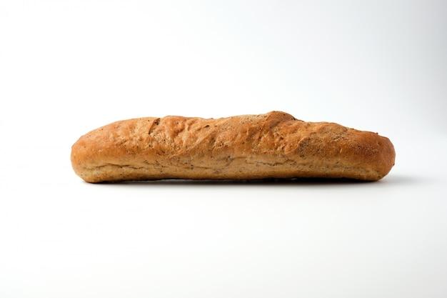 Vista lateral de uma baguete de farinha de centeio cozido em um branco