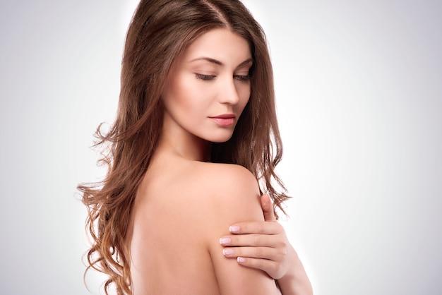 Vista lateral de uma bela mulher natural