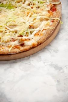 Vista lateral de uma deliciosa pizza vegana caseira no topo em uma superfície branca manchada