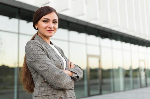 Vista lateral de uma empresária profissional posando ao ar livre