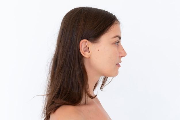 Vista lateral de uma mulher nua em uma sessão de fotos