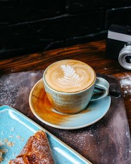 Vista lateral de uma xícara de café com leite