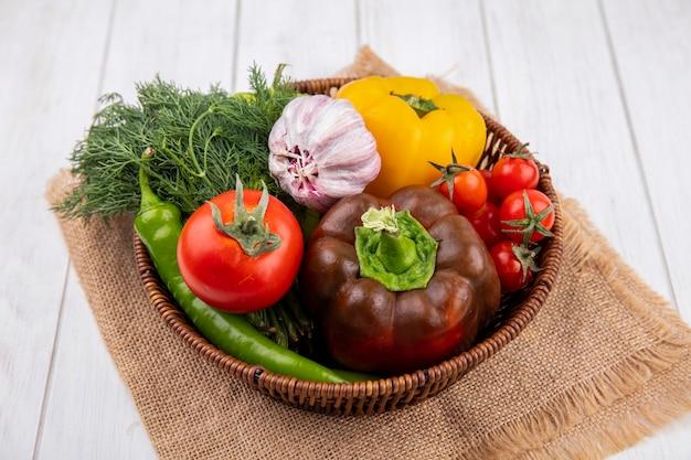 Vista lateral de vegetais como pimenta, alho, tomate, endro, em, cesto, saco, em, madeira