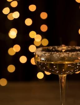 Vista lateral de vidro com champanhe