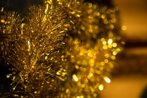 Vista lateral decorações douradas para festa de ano novo