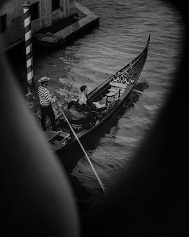 Vista lateral do adorável casal durante um passeio pelo canal em veneza
