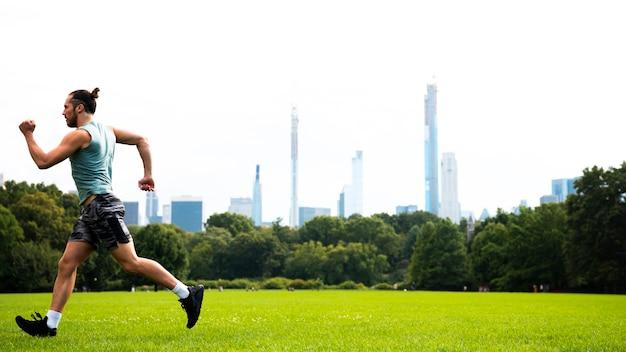 Vista lateral do atleta correndo com espaço de cópia