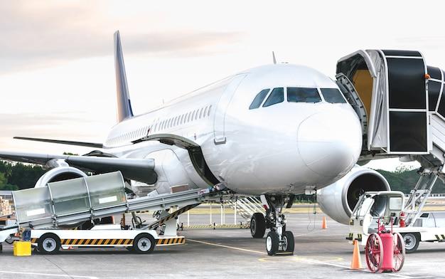 Vista lateral do avião no aeroporto terminal portão