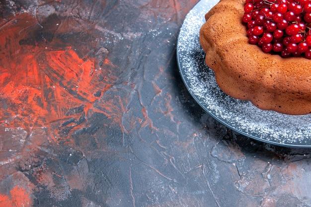 Vista lateral do bolo com frutas vermelhas - o apetitoso bolo com frutas vermelhas no prato