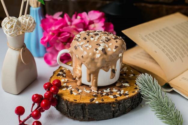 Vista lateral do bolo de pudim de chocolate com chocolate granulado em uma placa de madeira