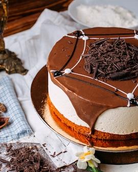 Vista lateral do bolo tiramisu coberto com granulado de chocolate em cima da mesa