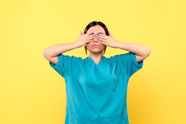 Vista lateral do bom médico se preocupa com os pacientes