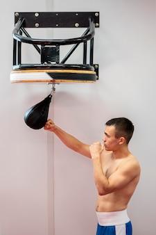 Vista lateral do boxeador masculino praticando