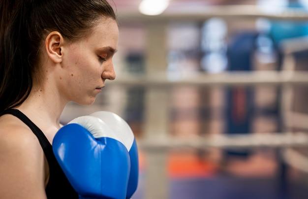 Vista lateral do boxer feminino com espaço de cópia
