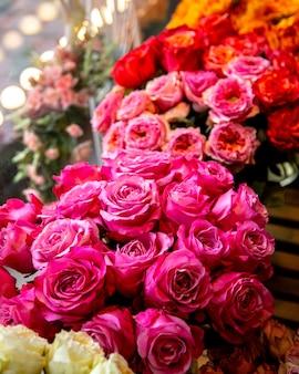Vista lateral do buquê de flores de rosas de cor rosa