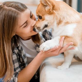 Vista lateral do cão e seu dono