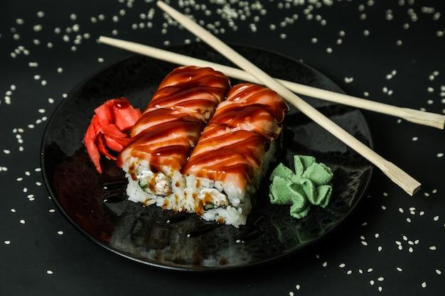 Vista lateral do caranguejo maki arroz creme de queijo gengibre wasabi