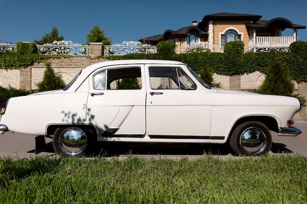 Vista lateral do carro branco antigo