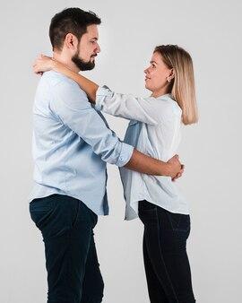 Vista lateral do casal abraçado para dia dos namorados