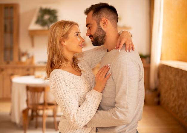 Vista lateral do casal abraçado