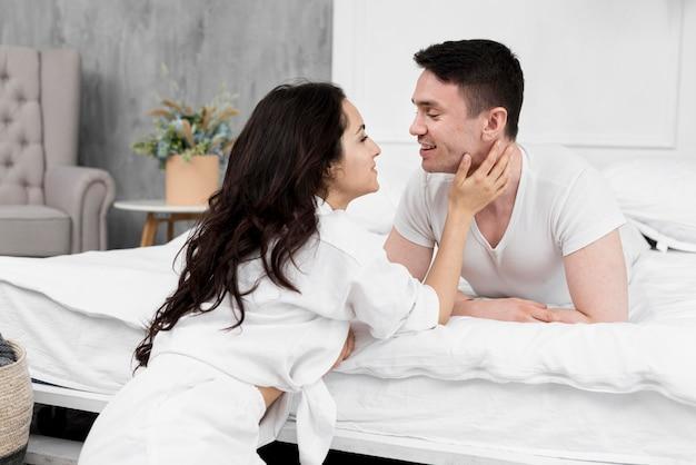 Vista lateral do casal apaixonado em casa
