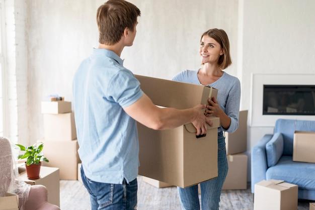 Vista lateral do casal com caixas móveis