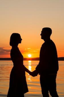 Vista lateral do casal de mãos dadas