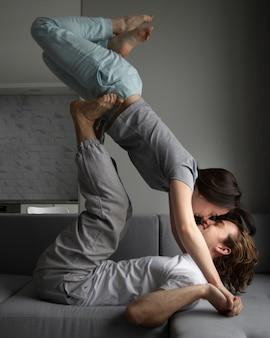 Vista lateral do casal fazendo poses estranhas