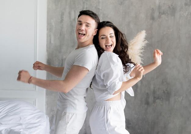 Vista lateral do casal feliz em casa