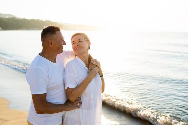 Vista lateral do casal olhando um para o outro