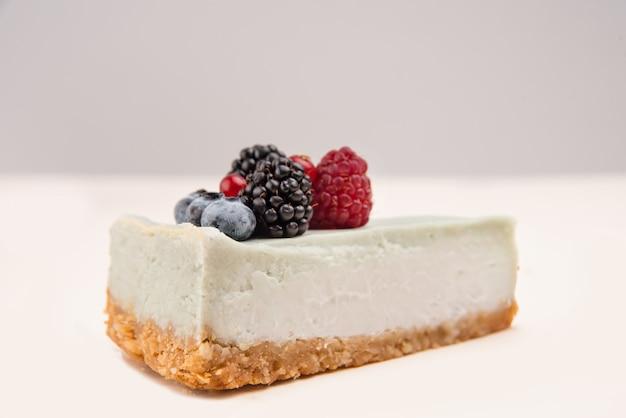 Vista lateral do cheesecake azul com frutas diferentes nele