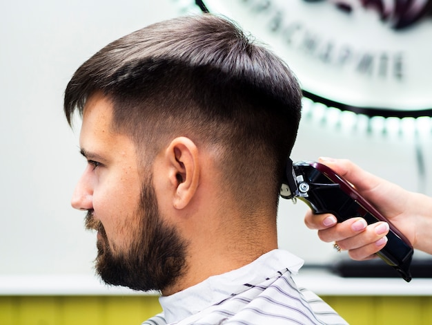 Vista lateral do cliente à espera de um corte de cabelo