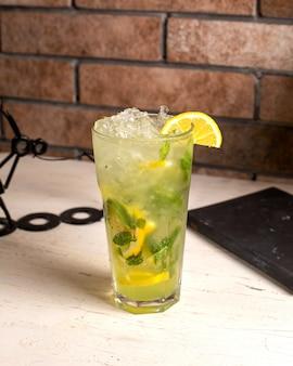Vista lateral do cocktail mojito em cima da mesa