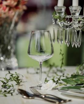 Vista lateral do copo de vinho vazio na mesa de casamento