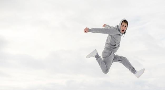 Vista lateral do dançarino posando enquanto dança