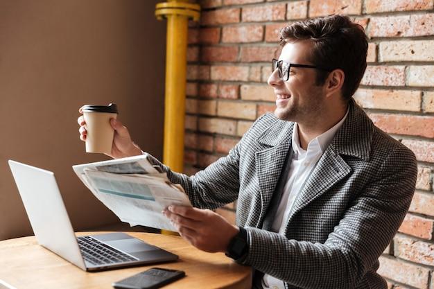 Vista lateral do empresário alegre em óculos