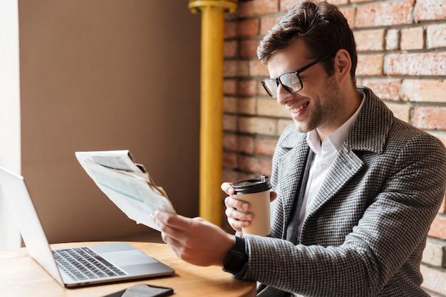 Vista lateral do empresário feliz em óculos