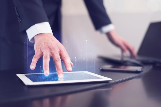 Vista lateral do empresário usando a tecnologia no tablet