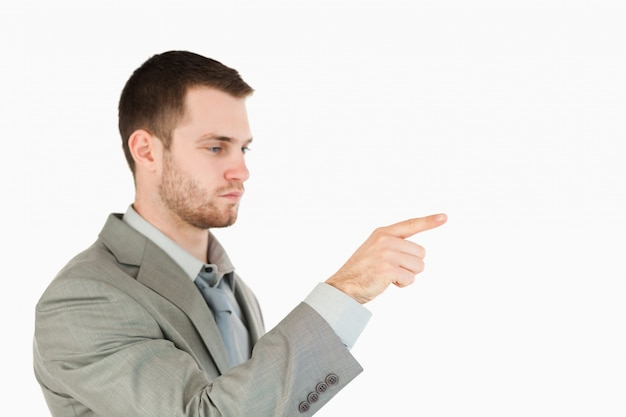 Vista lateral do empresário usando tela sensível ao toque futurista