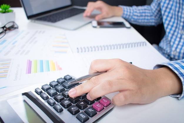 Vista lateral do empresário vestindo uma camisa é calcular financeira da tela do computador